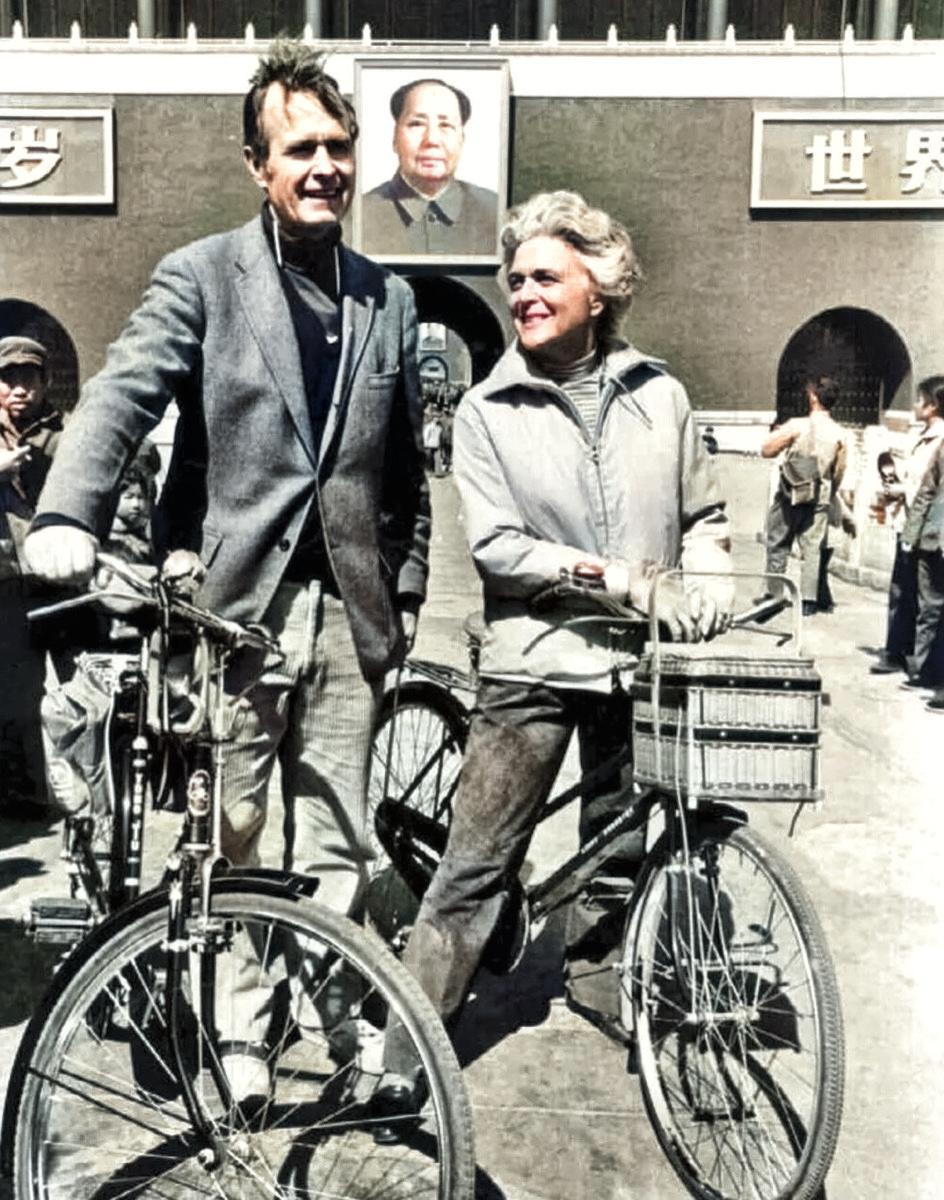 1974年,时任美国驻京办主任老布什与他的妻子芭芭拉