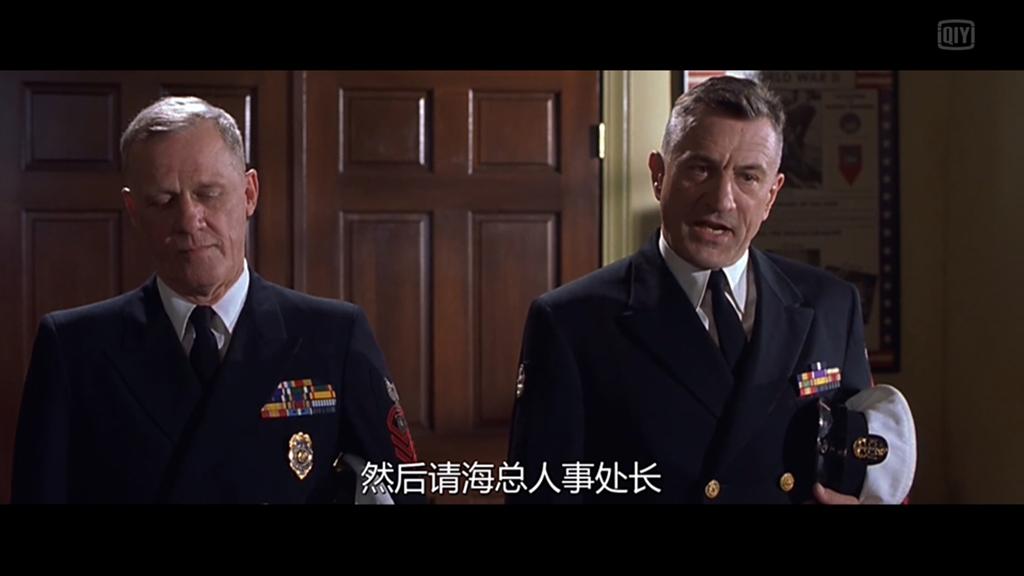 左:医院里负责军纪的士官长(注意它的徽章)右:手眼通天的老比利